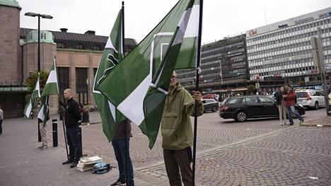 Suomen vastarintaliike kokoontui lippuineen Asema-aukiolla Helsingissä 10. syyskuuta 2016.