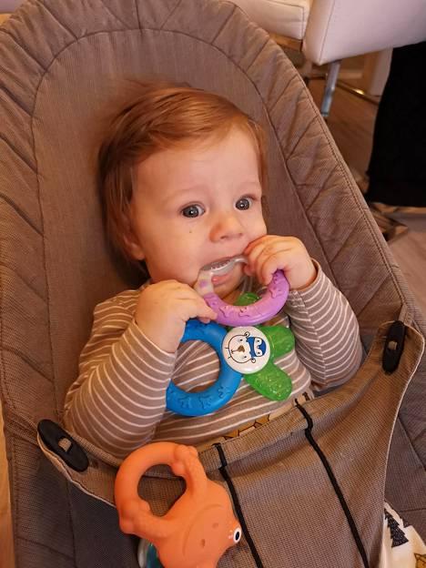 Nelikuisena Lio rakasti tunkea suuhunsa erityisesti Ainu MAM Cooler -merkkistä purulelua, jossa on pieneen käteen juuri sopivan reilu rengas.