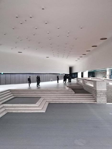 Linnahallin konserttisalin aula on avara, ja sieltä avautuu näkymä merelle.