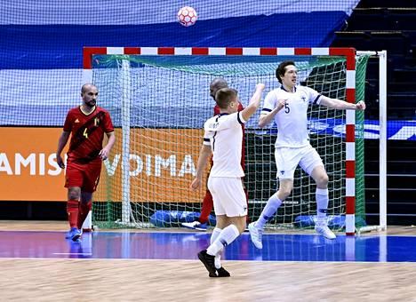 Jarmo Junno (7) ja Juhana Jyrkiäinen (5) juhlivat Jyrkiäisen tekemää Suomen 1–0-maalia. Suomi kaatoi Belgian maalein 3–2 ja eteni lohkokakkosena EM-lopputurnaukseen.