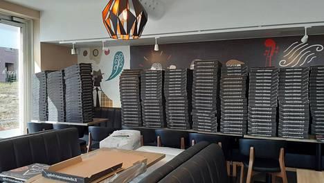 Ristorante Bellon ravintolasali toimii nyt varastona sadoille pizzalaatikoille.