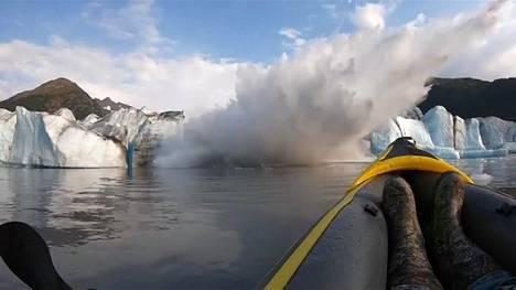 Jäätikön romahdus aiheutti ensin suuren vesipurskahduksen. Kuvankaappaus videolta.