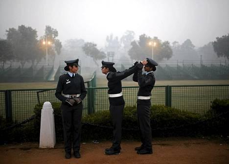 Intian ilmavoimien sotilas venytteli toverinsa käsiä heidän harjoitellessaan itsenäisyyspäivän paraatia varten koleana talviaamuna New Delhissä tiistaina. Intia juhlii itsenäisyyspäiväänsä 26. tammikuuta.
