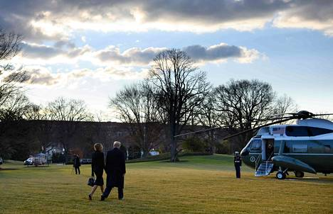 Presidentti Donald Trump poistumassa Valkoisesta talosta keskiviikkona ennen Joe Bidenin virkaanastujaisia.