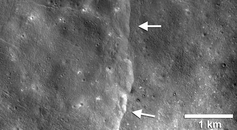 Kuun pintaan syntyy jyrkänteitä, kun kuori puristuu kokoon.