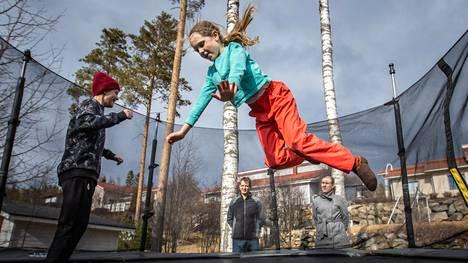 Konsta (vas.) ja Aino Kauppinen jatkaisivat mielellään etäkoulua. Vanhempien Markus ja Hanna Kauppisen mielestä etäkoulu on sujunut perheessä hyvin.