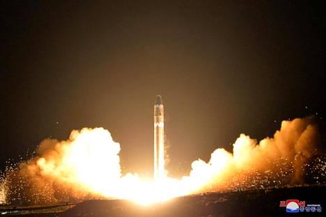 Pohjois-Korea välitti kuvan Hwasong-15-ohjuksesta, jota se sanoi testanneensa keskiviikkona.