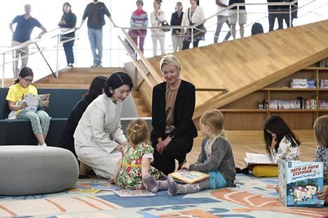 Kruununprinsessa Kiko tutustui torstaina Helsingissä keskustakirjasto Oodiin palvelupäällikkö Laura Norrisin opastuksella.