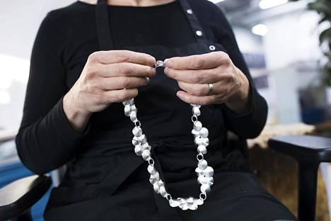 Kultaseppä Sari Kampman valmisti Kaikuja-kaulakorua Kalevala Korun tehtaalla.