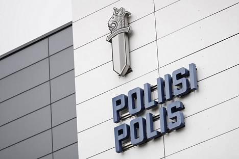 Poliisin miekkaleijona-tunnuskuva Länsi-Uudenmaan poliisilaitoksen seinässä Espoossa tiistaina.