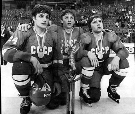 TsSKA:n Sergei Makarov (vas.), Igor Larionov ja Vladimir Krutov juhlivat maailmanmestaruutta Neuvostoliiton paidassa Münchenissä  vuonna 1983.
