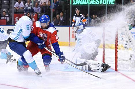 Euroopan joukkueen tanskalaispuolustaja Frans Nielsen ja Tšekin hyökkääjä Martin Hanzal kävivät kaksinkamppailua Euroopan slovakialaismaalivahdin Jaroslav Halakin edessä.