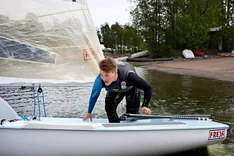 Oskari Muhonen harjoittelee lainaveneellä Helsingin vesillä, kun oma Finnjolla jäi koronaviruspandemian vuoksi jumiin Mallorcalle.