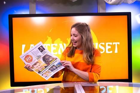 Tuottaja Fanny Fröman kädessään tulevan HS Lasten uutiset -lehden testiversio. Fröman juontaa Lasten uutisten lähetystä, jota seurataan muun muassa kouluissa.