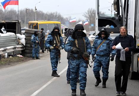 Lakkautetun ukrainalaisen eliittijoukko-Berkutin entiset sotilaat partioivat perjantaina Armjanskin kaupungissa Krimin niemimaalla.