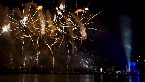 Suomi100-juhlavuoden alkua juhlistettiin suurella ilotulituksella Helsingissä vuosi sitten.