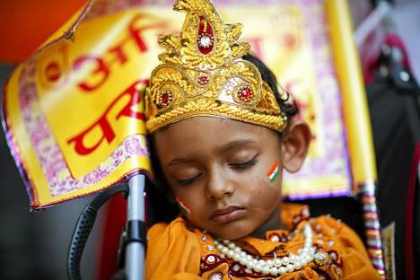 Juhlimiseen väsynyt lapsi nukahti kesken Intia-päivän paraatin New Yorkissa.