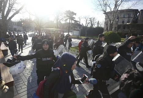 Poliisi eristi Sultanahmetin aukion Istanbulissa, jossa räjähdys on surmannut useita ihmisiä tiistaina.