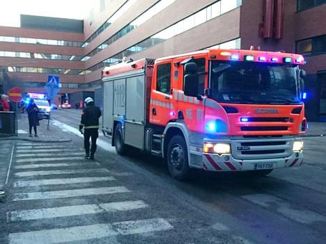 Kauppakeskus Ruoholahti tyhjennettiin asiakkaista ja ihmisistä tulipalon vuoksi tiistaina iltapäivällä.