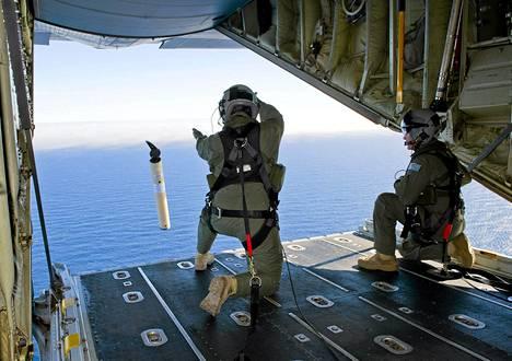 Australian merivoimat on etsinyt koneen osia merestä jo kahden viikon ajan.