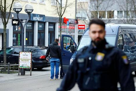 Polisin tutkijoita toisen iskun kohteena olleen vesipiippukahvilan edustalla Hanaun keskustassa torstaina.