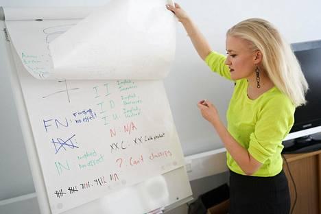 Annu Nieminen haluaa tietää, miten erilaisten yritysten toiminta vaikuttaa maailmaan.