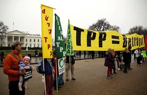 Ihmiset osoittivat mieltään TPP-sopimusta vastaan Valkoisen talon edessä Washingtonissa keskiviikkona.