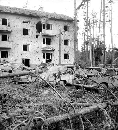Puolustusvoimien henkilökunnan asuintalo kärsi räjähdyksessä pahoja vahinkoja.