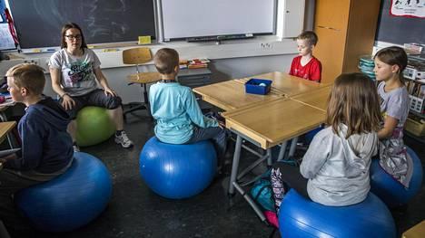 Espoon Kilonpuiston koulun opettaja Susanna Ahvalo vetää mindfulness-harjoitusta oppitunnin alussa.