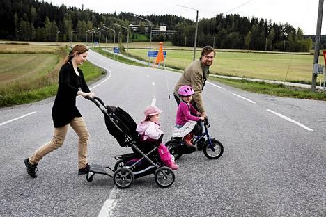 Thomas Lindgren ja Anna Bondestam muuttivat lapsineen pääkaupunkiseudulta Siuntion maaseudun rauhaan, mutta pelkäävät palvelujen katoavan liitosintoilun takia. He ylittivät tien palatessaan lastensa Sophien ja Åsan kanssa äänestyspaikalta sunnuntaina.