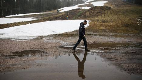 Leudot talvet ovat yhä yleisempiä Etelä-Suomessa. Lumettomuus siirsi Kauniaisten laskettelukeskuksen hiihtokouluja tammikuussa 2020.