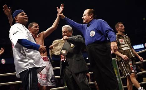 Kehätuomari Steve Smoger nosti Richar Abrilin käden ylös voiton merkiksi. Edis Tatli seurasi tilannetta oikealla.