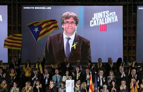 """Katalonian syrjäytetty aluejohtaja Carles Puigdemont osallistui puolueensa Barcelonassa järjestettyyn vaalitilaisuuteen """"suorana Brysselistä""""."""
