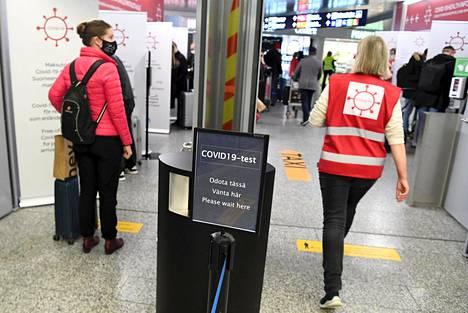 Matkustajia Helsinki-Vantaan lentoasemalla 18. joulukuuta.