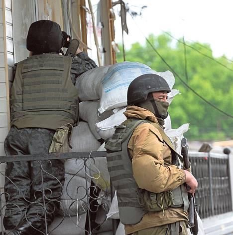Ukrainalaiset joukot vartioivat tarkastuspistettä maanantaina lähellä Slovjanskin kaupunkia.