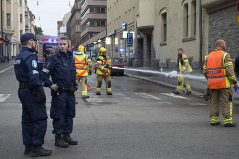 Poliiseja ja pelastushenkilökuntaa Lönnrotinkadun ja Annankadun kulmassa, johon kaaharin matka päättyi.