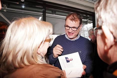 Keskustan puheenjohtaja Juha Sipilä jakoi nimikirjoituksia puolueensa Apilakahvilassa Turussa 9. maaliskuuta.