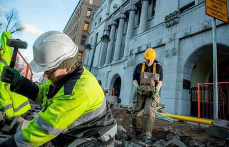 """""""Työ on raskasta, mutta liksat on hyvät"""", sanoo Helsingin Esplanadilla töitä tehnyt kivimies Arto Rantama (vas.). Myös Jan Lindroos pitää työmiesten palkkoja hyvinä."""