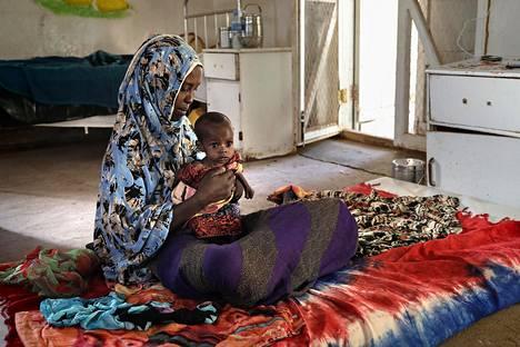 Huhtikuussa oli lastenklinikalla hoidossa Leyla Isse ja vesiripulista kärsivä seitsenkuinen Fatah. Klinikka sijaitsee Buraossa, joka sijaitsee Somalimaan kuivuusalueella.