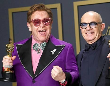 Elton John ja Bernie Taupin poseeraavat Oscarin kanssa. Kaksikko voitti palkinnon parhaasta laulusta Rocketman-elokuvasta.