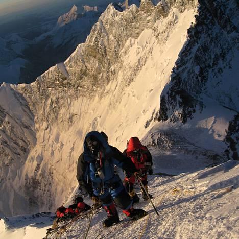 Vuorikiipeilijöitä Mount Everestin rinteellä. Kuvan ottamisajankohdasta ei ole tietoa.