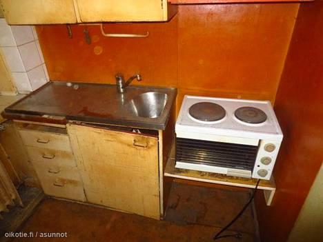 Yksiön keittiön kaapit ovat mahdollisesti 1950-luvulta.