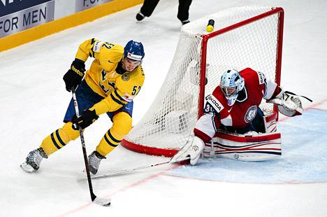 Ruotsin Jonathan Ericsson hyökkäsi Norjan Lars Haugenin maalia kohti MM-ottelussa Tukholmassa perjantaina.