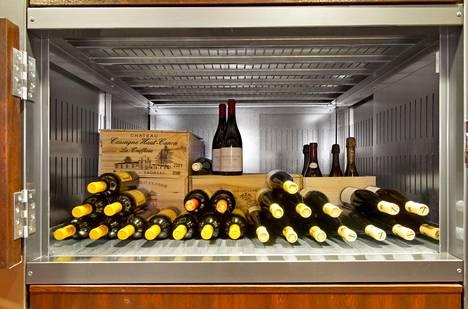 Viinipullot säilyvät kaapissa sopivassa lämpötilassa ja valolta suojattuina.