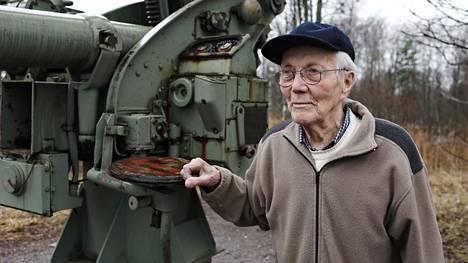 Jaakko Nuoramo palasi vielä kerran Lauttasaareen paikalle, jossa hän palveli ilmatorjuntapatterissa Helsingin suurpommitusten aikana. Paikalla on muistotykki.