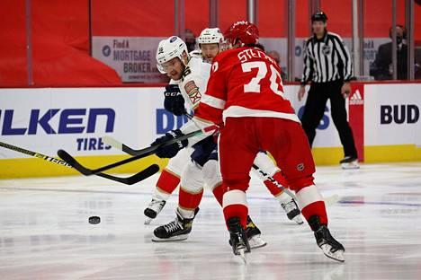 Aleksander Barkov (vas.) yritti ohittaa Detroitin Troy Stecheriä 30. tammikuuta pelatussa ottelussa.