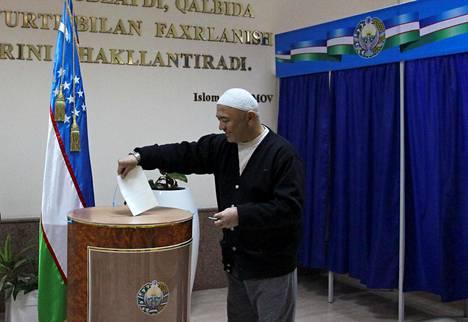 Mies äänesti sunnuntaina Uzbekistanin presidentinvaaleissa Taškentissa.