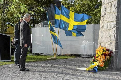 Ruotsin kuningas Kaarle Kustaa XVI hiljentyi sunnuntaina autolautta Estonian uhrien muistomerkillä Tukholmassa. 20 vuotta sitten tapahtuneessa laivaonnettomuudessa menehtyi 501 Ruotsin kansalaista.