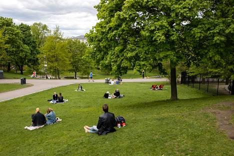 Sinebrychoffin puistossa on mahdollisesti todettu korona-altistumisia. Perjantaina päivällä turvavälit olivat kunnossa.