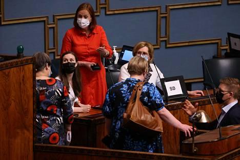 Ministerit keskustelivat eduskunnassa elpymispakettiäänestyksen jälkeen keskiviikkona.